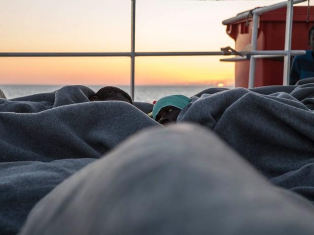 Migrantes se abrigam em cobertores após resgate (Foto: Anna Surinyach/MSF)