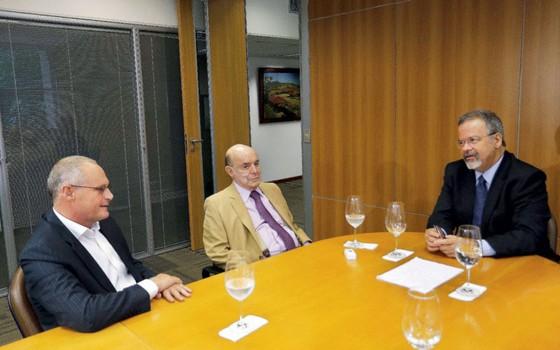 Beltrame com o governador em exerccício,Francisco Dornelles,e o ministro da defesa ,Raul Jungmann.A falta de dinheiro marca o fim de sua gestão (Foto: Clarice Castro)
