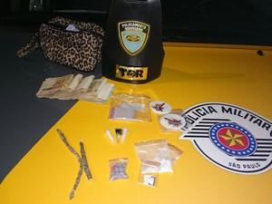 Drogas e dineheiro foi encontrado dentro da mochila de Taynara (Foto: Divulgação/Polícia Militar)