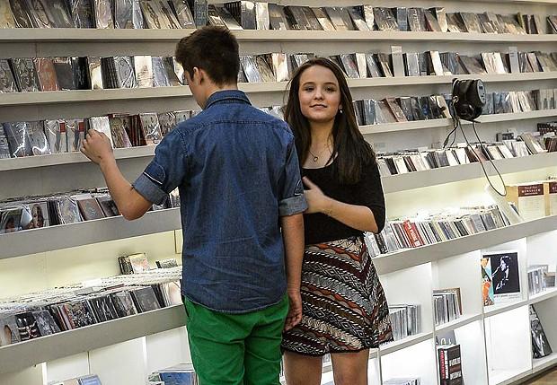 2af8a10c0213b Manhã cultural! Larissa Manoela compra livros e CDs em São Paulo ...