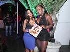 Ex-BBB Adélia usa vestido curtinho e decotado para badalar no Rio