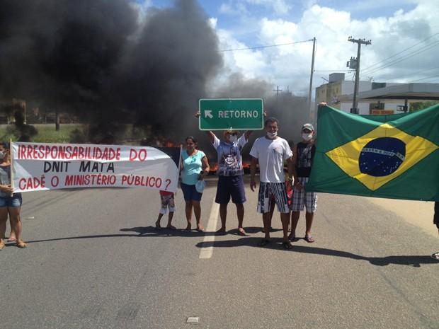 Manifestantes pedem faixa de aceleração ao Dnit (Foto: Walter Paparazzo/G1)