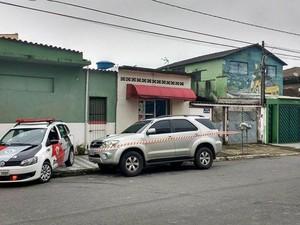 Carro utilizado pelos criminosos para fugir do local do crime foi encontrado (Foto: Roberto Strauss / G1)