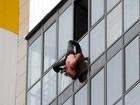 Russo fica pendurado pela calça por 30 minutos no 15º andar de prédio