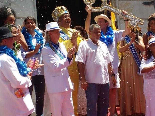 Prefeito Eduardo Paes entrega as chaves da cidade para o Rei Momo, abrindo oficialmente o carnaval do Rio (Foto: Elisa de Souza/G1)