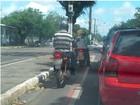 Imagem mostra moto de autoescola trafegando em ciclofaixa em Macapá