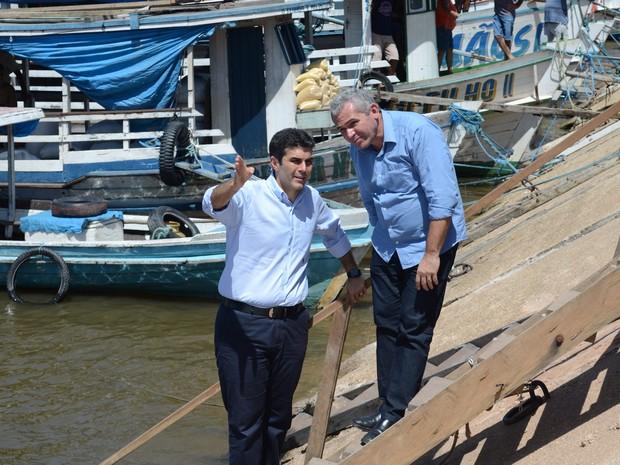Ministro Helder Barbalho e o prefeito Nélio Aguiar durante a visita ao cais de Santarém (Foto: Adonias Silva/G1)