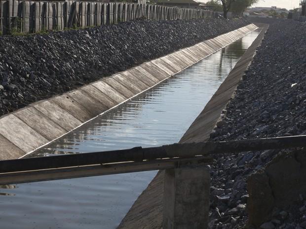 Água que chega em Monteiro foi coletada para análise em laboratório (Foto: Artur Lira/G1)