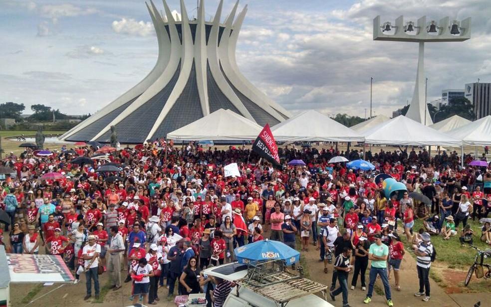 Professores do DF reunidos no dia em que decidiram terminar a greve, que durou 29 dias (Foto: Marília Marques/G1)