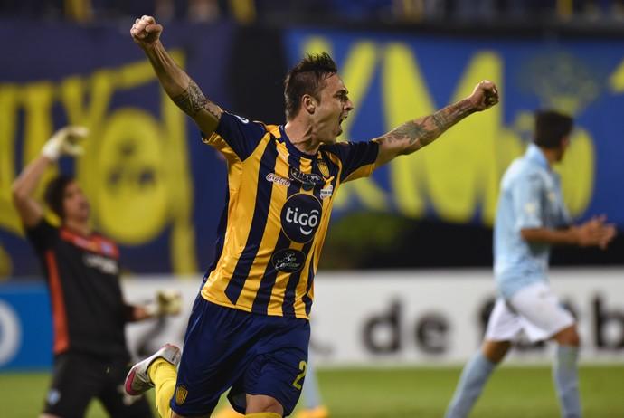 Guido Di Vanni comemora ao marcar pelo Luqueno diante do Aurora (Foto: NORBERTO DUARTE / AFP)