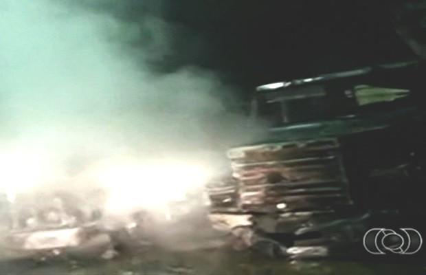 'Chupeta' em bateria provoca fogo e incendeia três carretas em Goiás; vídeo (Foto: Reprodução/TV Anhanguera)