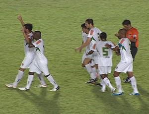 Zagueiro Pedrão comemora o primeiro gol do Betim na partida. (Foto: Reprodução InterTV)