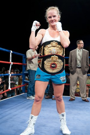 Holly Holm com cinturões boxe (Foto: Getty Images)