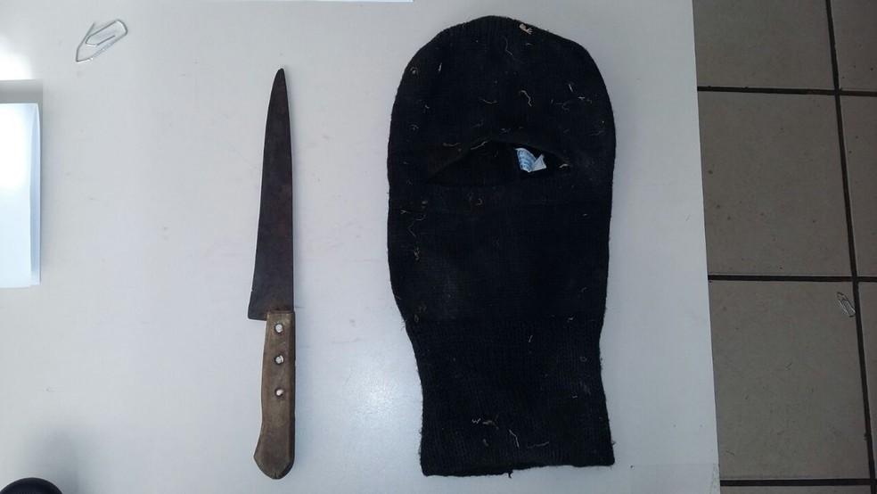 Polícia apreendeu uma faca, touca e folha de caderno com anotações do suspeito (Foto: São Roque Notícias/Divulgação)