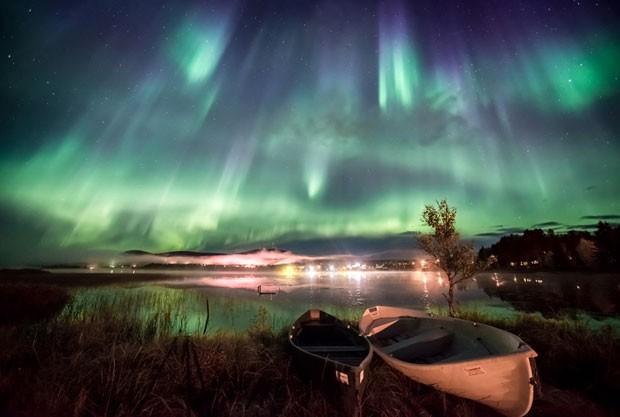 A aurora também aparece sobre o Lago Äkäslompolo, na Finlândia, neste registro de Marcus Kiili (Foto: Marcus Kiili/Observatório Real de Greewich)