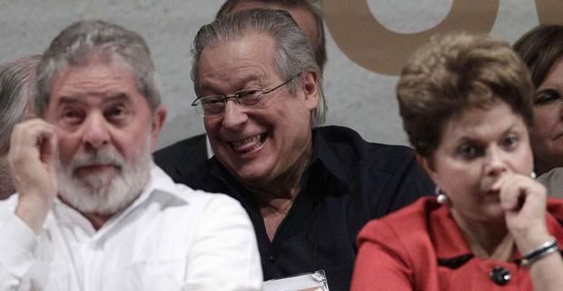 O ex-ministro José Dirceu atrás de Lula e de Dilma no congresso do PT (Foto: Reuters)