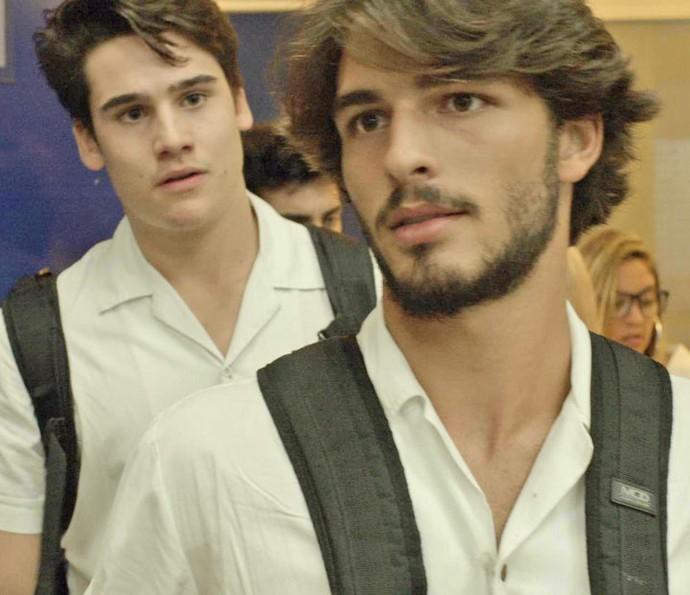 Rodrigo fica bolado com o que Roger conta (Foto: TV Globo)
