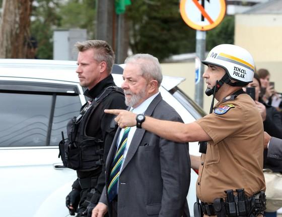 O ex-presidente Luiz Inácio Lula da Silva desembarca em Curitiba no dia marcado para seu primeiro depoimento ao juiz Sergio Moro (Foto: Theo Marques/UOL/Folhapress)