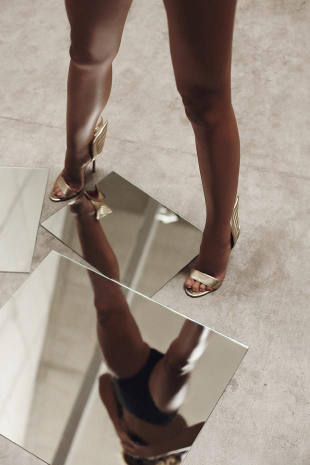 Mariana Goldfarb usa sandálias, R$ 4.590, Christian Louboutin (Foto: Higor Bastos/Vogue Brasil)