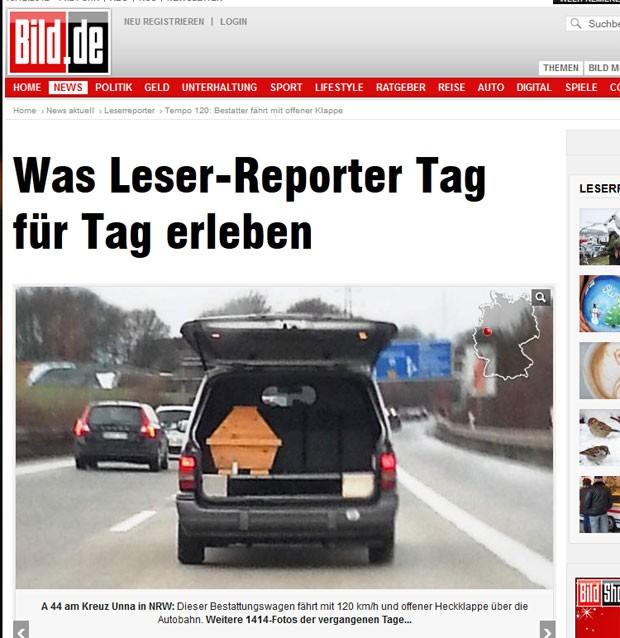 Carro funerário foi flagrado transportando um caixão com o porta-malas aberto em uma auto-estrada na Alemanha (Foto: Reprodução/Bild)