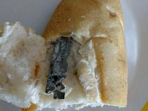 Dona de casa postou alerta no Facebook após encontrar lâmina dentro do pão  (Foto: Eliane Santos/Arquivo pessoal)