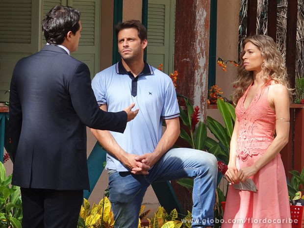 Hélio avisa qu eAlberto pode tentar fazer com que Ester seja presa (Foto: Flor do Caribe / TV Globo)