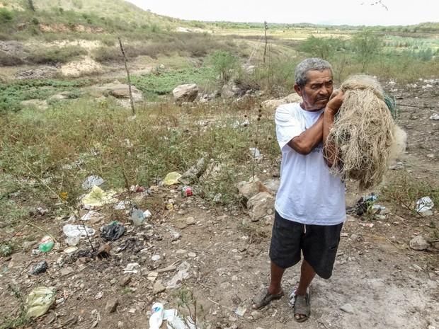 O pescador Arlindo Ferreira no local em que havia a barragem onde pescava (Foto: Jael Soares/G1)