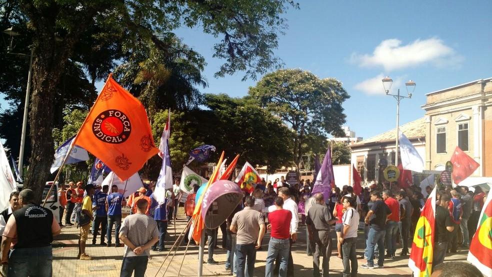 Manifestantes reunidos no Largo do São Bento, em Sorocaba  (Foto: Sindicato dos bancários/divulgação )