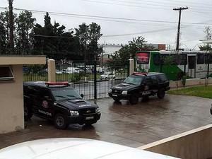 Traficantes presos chegam à sede do Ministério Público de Campinas para acareação (Foto: Marcello Carvalho/G1 Campinas)