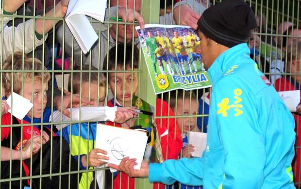 Neymar torcida autógrafos treino Seleção (Foto: Leandro Canônico / Globoesporte.com)