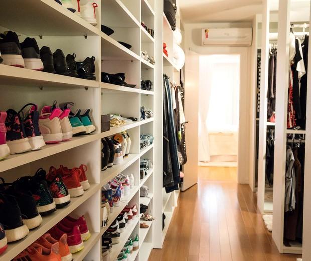 """Ao abrir o closet, a cantora brinca: """"Você vai entrar no meu shopping!"""". São mais de mil peças de vestuário, além de 400 pares de sapatos e acessórios.  (Foto: Marcelo Tabach/Ed. Globo)"""