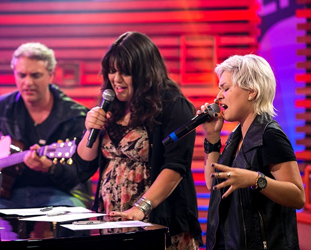 Débora Coutinho e Hellen Lyu se preparando para cantar  (Foto: Isabella Pinheiro/Gshow)