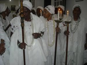 A Provedora da Irmandade da Boa Morte em 2011,Ágda de Oliveira, leva o cajado sagrado durante a procissão.  (Foto: Lílian Marque/G1 BA)