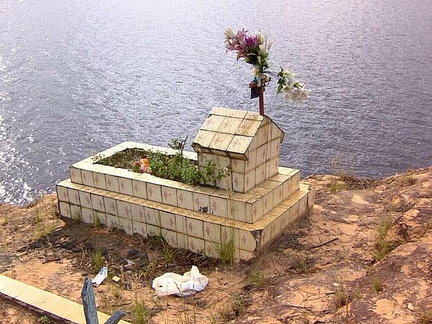 Cemitério vira ilha durante cheia do Rio Negro (Foto: Reprodução/TV Amazonas)