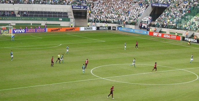 Palmeiras joga com linhas próximas diante do Atlético-PR (Foto: Rodrigo Faber)