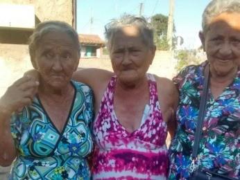 Irmã mais nova, Lina Rosa de Oliveira, de 69 anos também foi a Campinápolis conhecer a irmã. (Foto: Camila Trindade de Oliveira/ Arquivo pessoal)