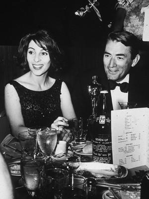 Véronique e Gregory Peck na cerimônia do Oscar de 1963 (Foto: Jack Albin/Getty Images/AFP)