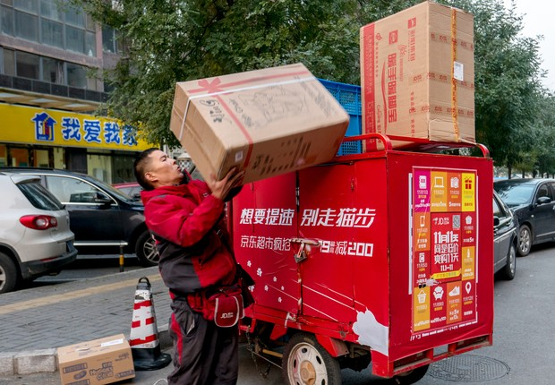 Funcionário da JD Logistics se prepara para fazer entregas de encomendas para Dia dos Solteiros na China (Foto: Zhang Peng/LightRocket/Getty Images)