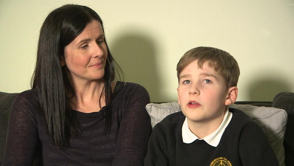 Menino tem a doença de Stargardt, que gera perda progressiva da visão (Foto: BBC)
