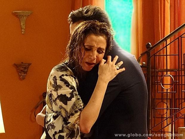 Damáris chora nos braços do motorista Lucindo, que adora! (Foto: Sangue Bom/TV Globo)
