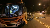 Motociclista morre em colisão com ônibus (Ana Cruzeiro/G1)