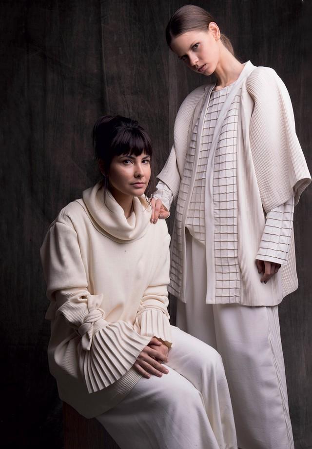 À esquerda, Rafaella usa blusa (R$ 1.059) e calça (R$ 705). À direita, blusa (R$ 529), quimono (R$ 1.765) e calça (R$ 705) (Foto: Divulgação)