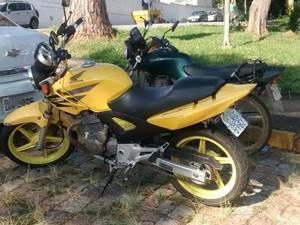 Moto (amarela) usada pelo suspeito em Mogi  (Foto: Maiara Barbosa/ G1)