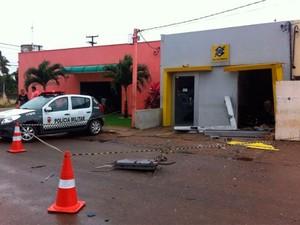 Quadrilha explodiu caixa de banco e fugiu com o dinheiro em Extremoz  (Foto: Matheus Magalhães/G1)
