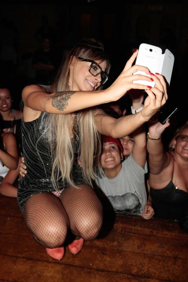 Vanessa das selfie com fãs e mostra demais (Foto: Léo Franco/ AgNews)