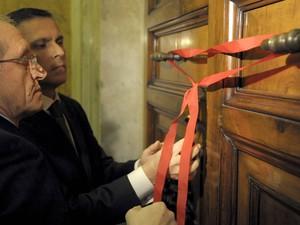 Funcionários do Vaticano  lacram a porta do apartamento do Papa Bento XVI após o término do papado. (Foto: Osservatore Romano/Reuters)