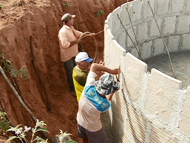 Agricultores do município estão aprontando reservatórios, em mutirão. (Foto: Reprodução/ TV Asa Branca)