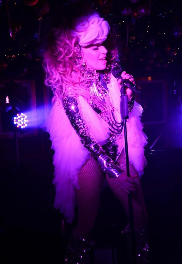 Lady Gaga surge com modelito laminado e grande flor nos cabelos