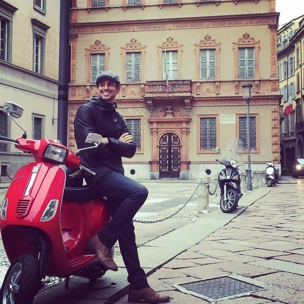 Cauã Reymond posa charmoso com lambreta em Milão (Foto: Instagram)