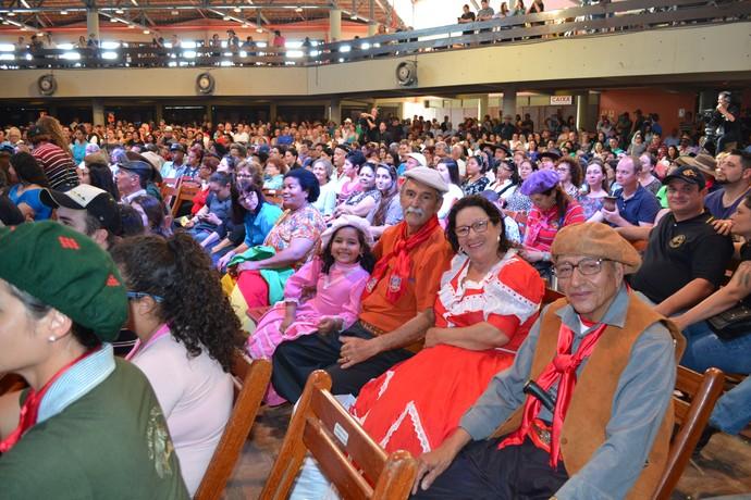 Famílias inteiras participaram da gravação do Galpão Crioulo.  (Foto: Nice Sordi/RBS TV)